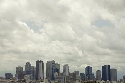 夕景の曇り空と新宿副都心ビル群