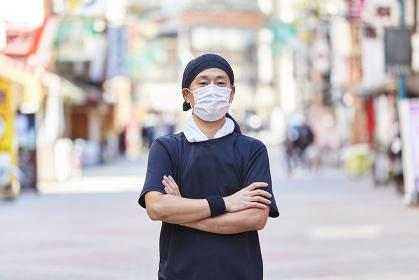 マスクを付けている飲食店の店員