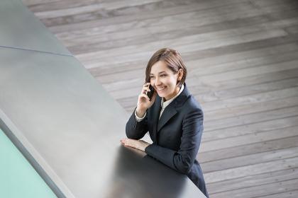 笑顔で電話をする若い女性