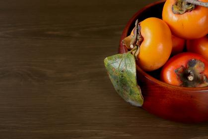 木製の深皿に盛られた柿 2