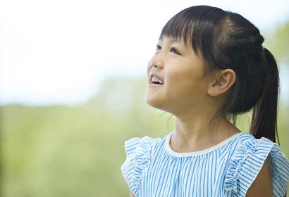 横を向いた日本人の女の子