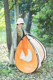 キャンプのためにテントを準備する女性