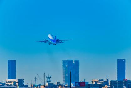 福岡空港を離陸するするジェット機
