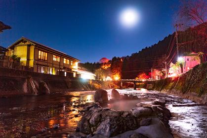 大分県長湯温泉の有名な湯気ののぼる露天風呂ガニ温泉の夜景