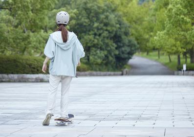 スケートボードと日本人女性