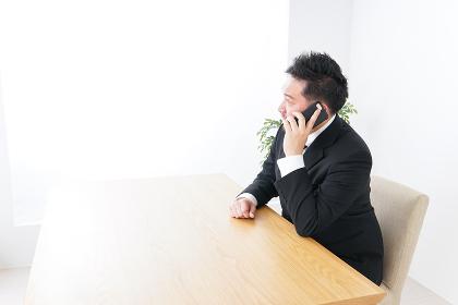 オフィスで電話をするビジネスマン