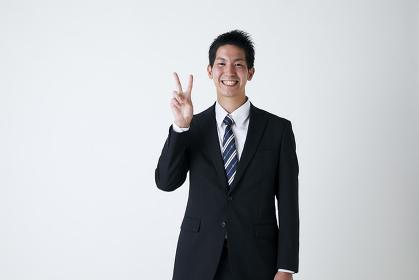 Vサインをする日本人ビジネスマン