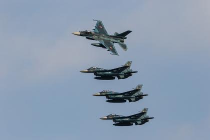 編隊飛行する航空自衛隊 F-2戦闘機(築城基地・福岡)