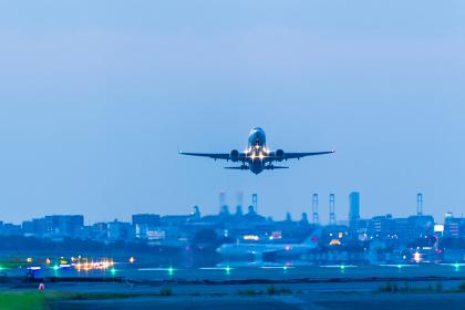福岡空港の夕暮れに飛び立つジェット機