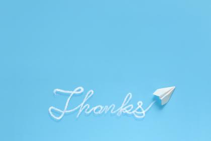 飛行機雲で文字を書く紙飛行機 4 Thanks