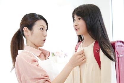 身支度を整える母子