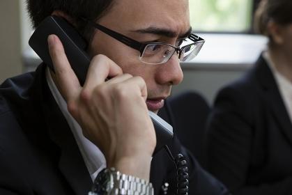 電話をとるビジネスパーソン