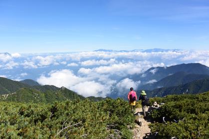 木曽駒ヶ岳から雲海を見る親子