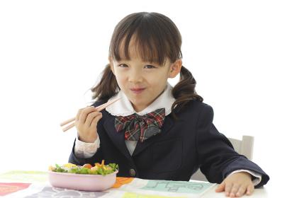 制服姿でお弁当を食べる女の子
