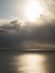 雲間に光る海