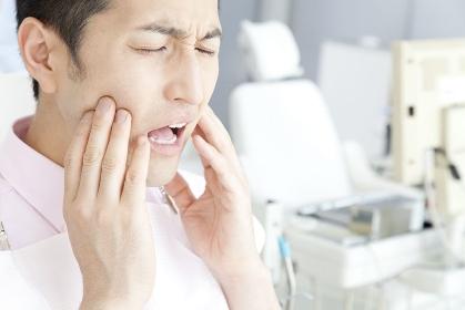虫歯を痛がる男性