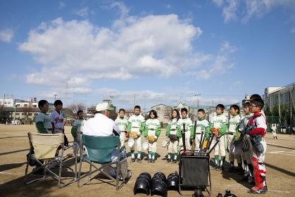 監督と少年野球の子供達