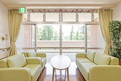 介護施設のソファとテーブル