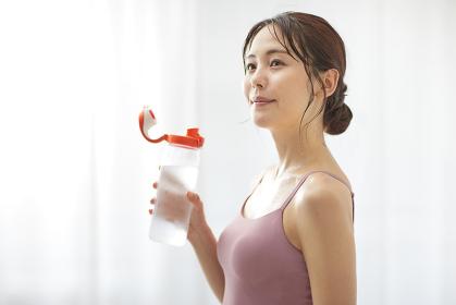 水分補給をする若い日本人女性