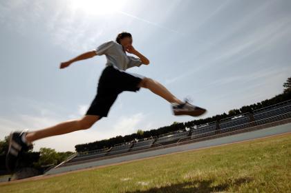 競技場で走る選手