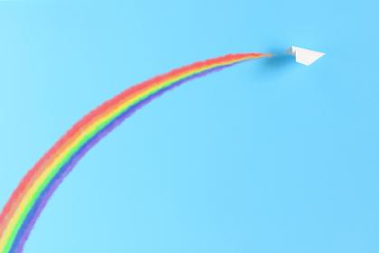 飛行機雲の虹をかける紙飛行機
