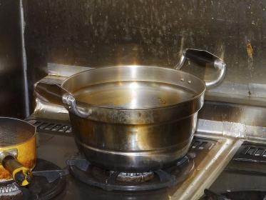 飲食店の汚れたガスレンジと鍋