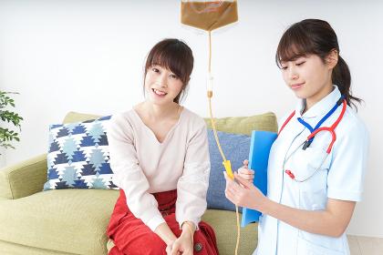在宅で治療を受ける患者と訪問ナース