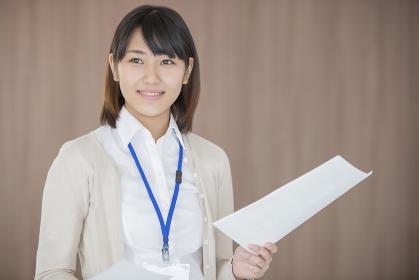 書類を持ち微笑むビジネスウーマン