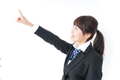 将来を指差す女子高生