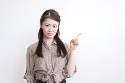 女性・指差し(不機嫌)