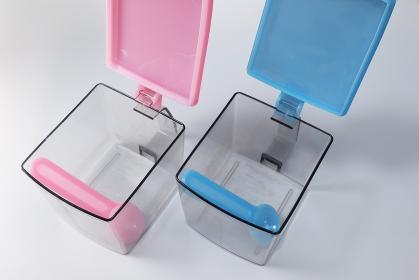 蓋の空いた空のプラスチック容器