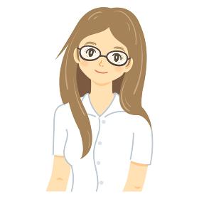 黒縁眼鏡のロングヘア女性(茶髪・ほほえみ)