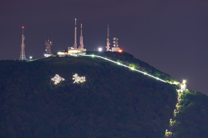 皿倉山に光る令和の文字ライトアップ