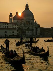 イタリア・ヴェネツィアにて サンタマリアデッラサルーテ聖堂と複数のゴンドラのシルエット夕景