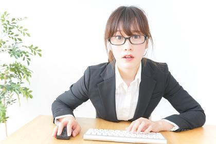 パソコンを使うビジネスウーマン