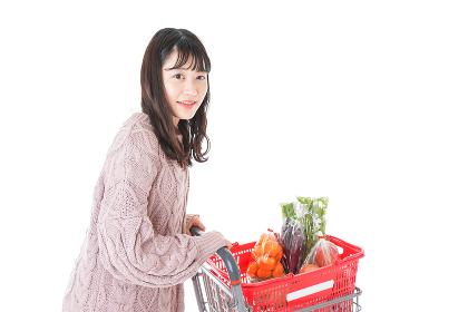 食料品の買い物をする若い女性