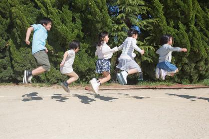 縄跳びをする小学生