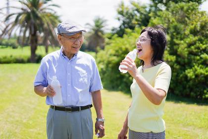水分補給をする高齢者