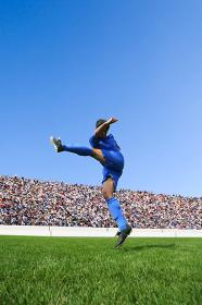 シュートをするサッカー選手