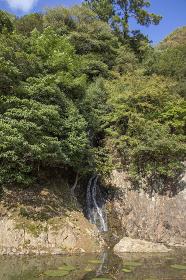 栗林公園の赤壁と桶樋滝