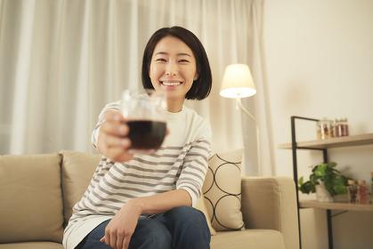オンライン飲み会する女性