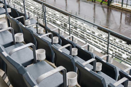 無人のベンチ 雨天中止 サーキット