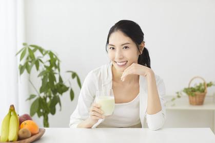 豆乳を飲む日本人女性