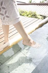 温泉につかる女性の足