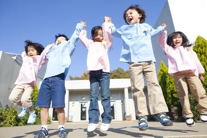ジャンプする笑顔の幼稚園児5人