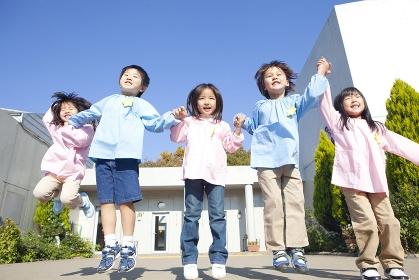 ジャンプする幼稚園児5人