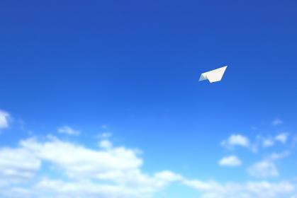 大空を飛ぶ紙飛行機