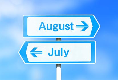 8月と7月の看板 8月が上
