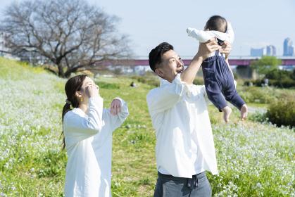 赤ちゃんを抱っこして散歩する夫婦