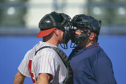 野球の審判に抗議するキャッチャー